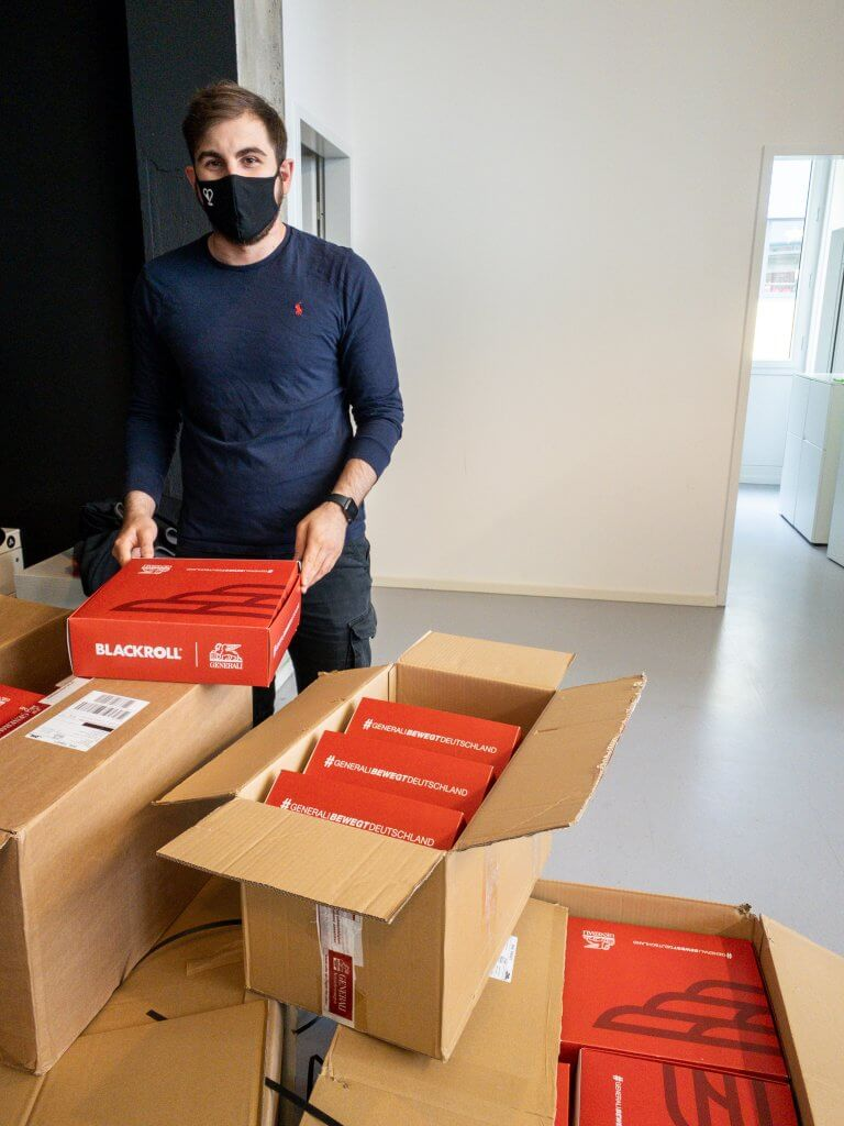 Gründer Toni mit den Spendenboxen